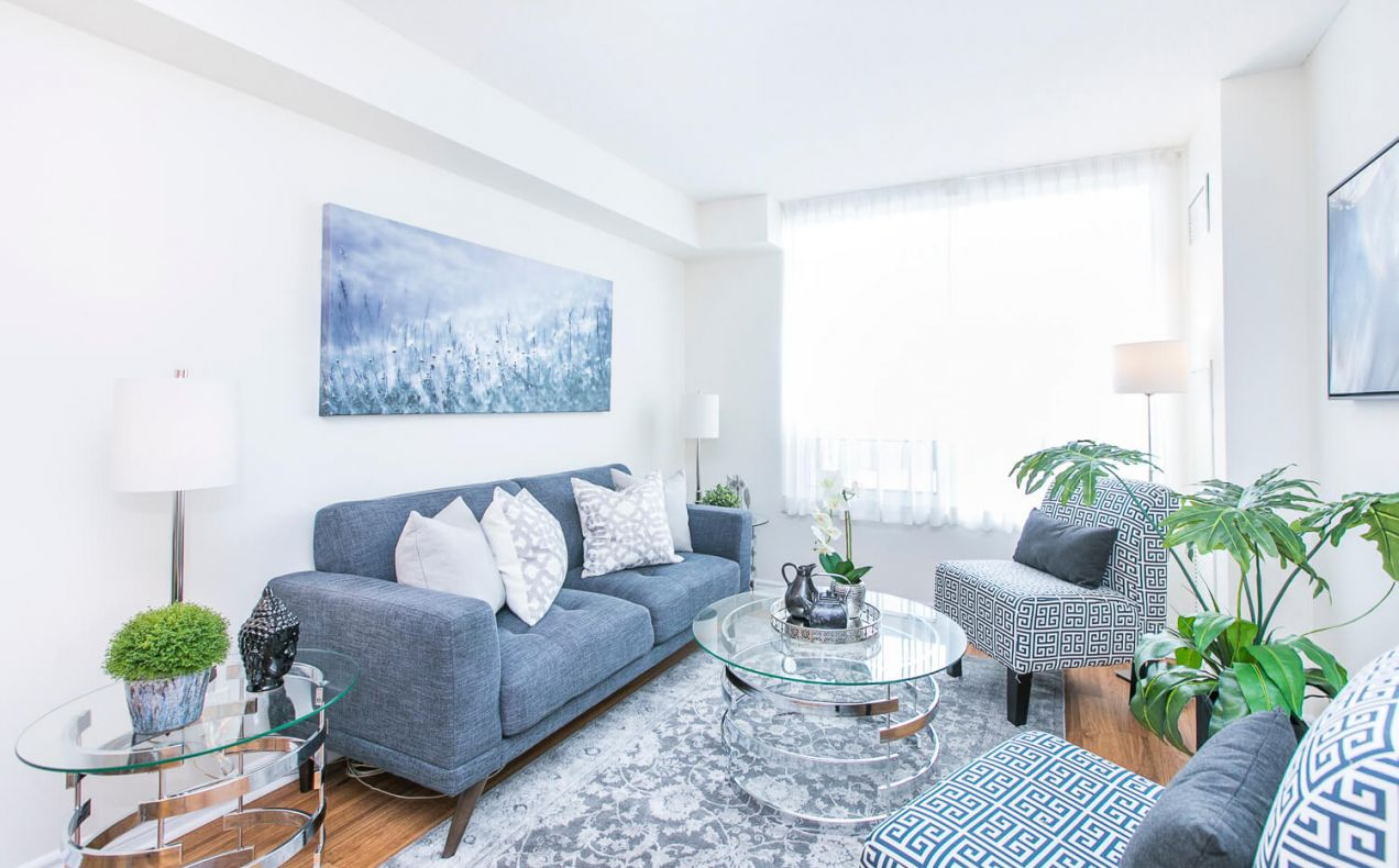Bright living room at 100 Isabella apartment rentals